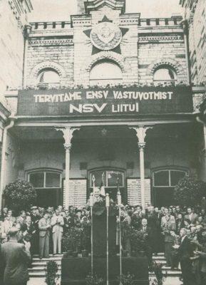 ENSV Täievolilise delegatsiooni saabumine Moskvast aug. 1940. Balti jaamas korraldatud miitingul esineb delegatsiooni juht J. Vares, Foto avaldatud ajakirjas