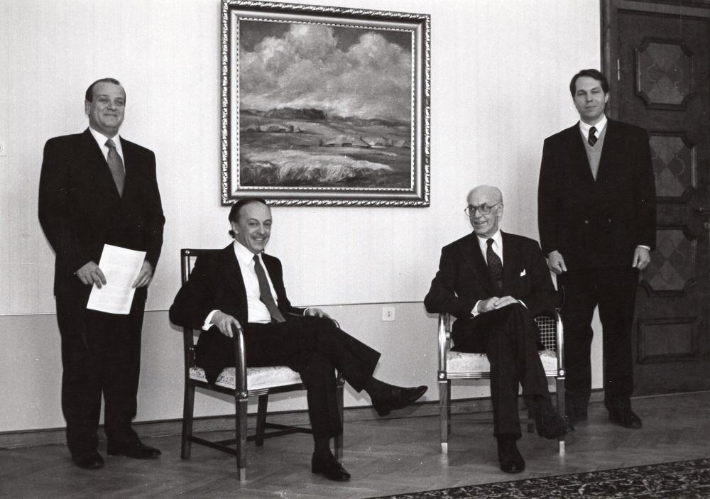Suursaadik Godinho pärast volikirjade üleandmist president Lennart Merile Kadrioru lossis. Paremal välisministeeriumi kantsler Alar Olljum. Foto: Voldemar Maask, 4. märts 1993