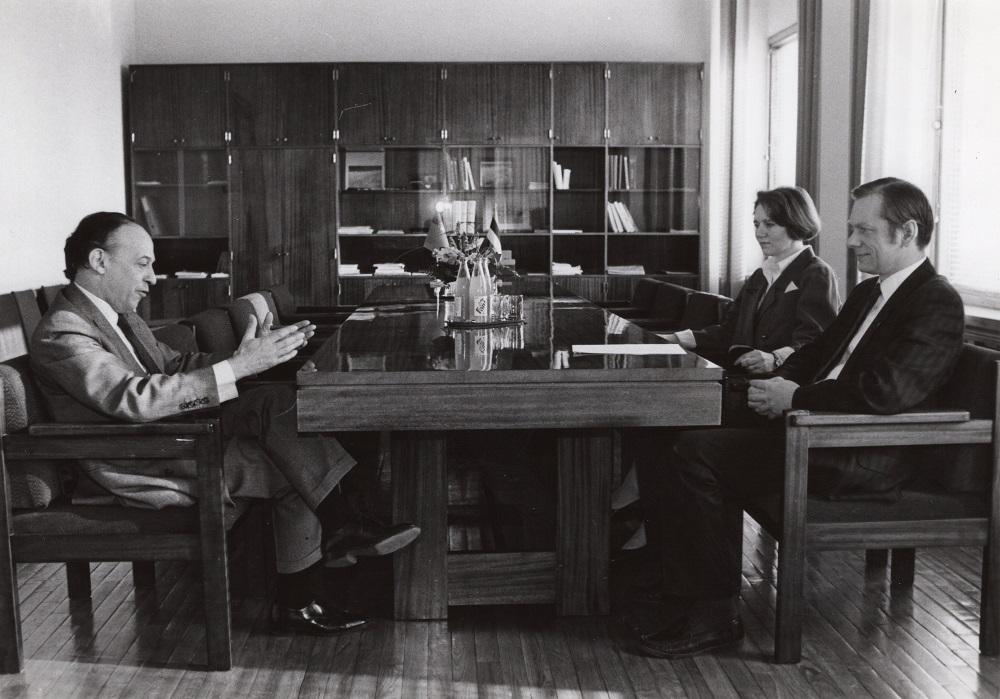 Suursaadik Jorge Alberto Nogueira de Lemos Godinho Eesti välisministeeriumis enne volikirjade üleandmisele minekut kohtumas välisminister Trivimi Vellistega, kohal ka lauaülem Meelike Palli. Foto: Voldemar Maask, 4. märts 1993
