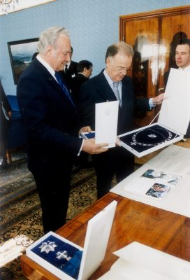President Arnold Rüütel gives the collar of the Cross of Terra Mariana to the President of Portugal on 11 May 2003. Photo: Erik Peinar, Ministry of Foreign Affairs of Estonia