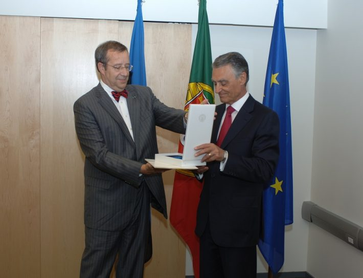 President Toomas Hendrik Ilves presented the Collar of the Order of the Cross of Terra Mariana to the President of Portugal Aníbal Cavaco Silva. Photo: Archive of the Office of the President of Estonia