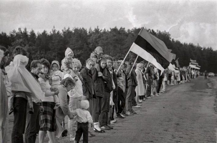 23. augustil 1989 loodi MRP 50. aastapäeval kolme Balti riiki läbiv pikk inimkett, kus inimesed ühendasid oma käed, et juhtida tähelepanu Balti riikide olukorrale. Foto: Harald Leppikson, Rahvusarhiiv