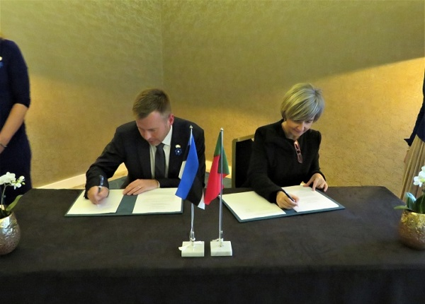 Signing of the memorandum of understanding in the area of e-health by Estonian IT Minister Rene Tammist and Portugal´s Health Minister Marta Temido. Photo: Archives of the Embassy